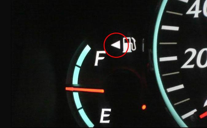 ガソリンメーターにある給油アイコンの横の矢印